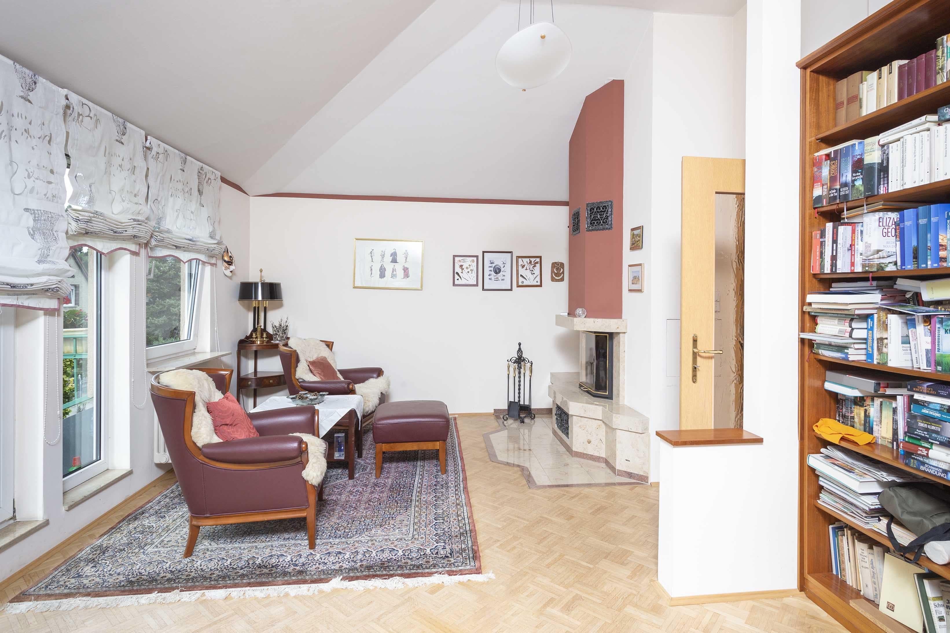 Wohnzimmer in der Galerie mit Kamin